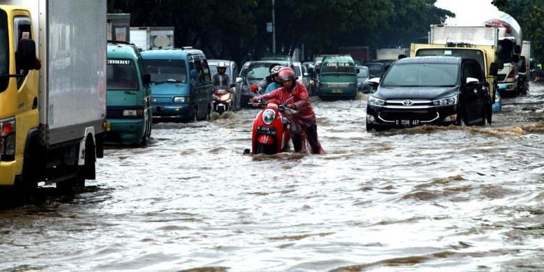 Mogok Karena Banjir - Kendaraan warga mogok akibat terkena banjir yang menggenangi kawasan persimpangan Jalan Rumah Sakit dan Jalan Soekarno Hatta, Gedebage, Kota Bandung, Jawa Barat, Rabu (2/11/2016). Banjir ini akibat luapan drainase di sekitar kawasan jalan utama di Kota Bandung tersebut setelah hujan lebat mengguyur Kawasan Bandung Utara.