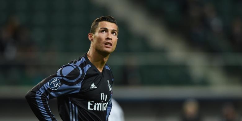 Cristiano Ronaldo membela Real Madrid saat melawan Legia Warszawa pada partai fase grup Liga Champions di Stadion Wojska Polskiego, Kamis (3/11/2016).