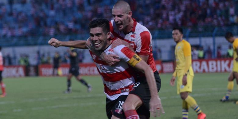 Fabiano Beltrame dan Dane Milovanovic merayakan gol ke gawang Gersik United dalam lanjutan pertandingan TSC di Stadion Gelora Bangkalan (SGB) Jumat (4/11/2016).