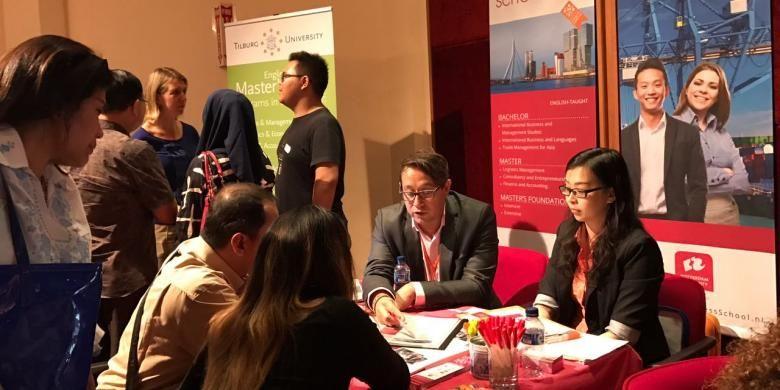 Pelajar Indonesia yang tertarik kuliah ke Belanda mendatangi pameran pendidikan Dutch Placement Day 2016 di Erasmus Huis, Jakarta, Jumat (4/11/2016). Pameran pendidikan adalah salah satu media yang dapat dimanfaatkan untuk mencari informasi tentang perkuliahan di luar negeri, termasuk soal beasiswa.