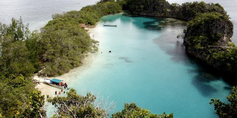 Panorama laguna Pulau Rufas dilihat dari puncak bukit karst pada Senin (1/6/2016). Pulau Rufas terletak di Desa Pam, Distrik Waigeo Barat Kepulauan, Kabupaten Raja Ampat, Papua Barat. Lanskap air laut jernih serta tebing batu karst bisa terlihat dari puncak bukit.