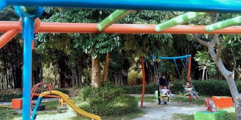 Warga menikmati suasana Taman Harmoni yang dibangun di lahan bekas tempat pembuangan sampah di Kota Surabaya, Kamis (6/10). Selain untuk keindahan dan paru-paru kota, Pemerintah Kota Surabaya membangun banyak taman juga untuk tempat warga berinteraksi sosial.