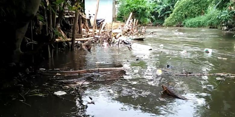 Kondisi Kali Krukut di Cipete Utara, Kebayoran Baru, Jakarta Selatan, dipenuhi sampah yang terbawa aliran air, Senin (8/11/2016).