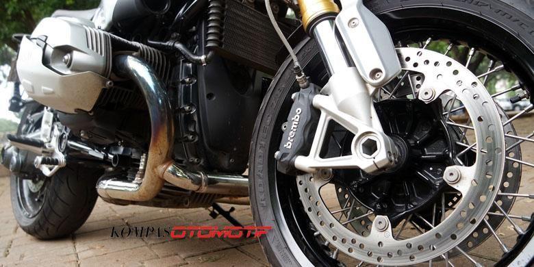 BMW R NineT didukung anti-lock braking system (ABS) dan rem cakram ganda yang dijepit rem Brembo dengan kaliper 4-piston.