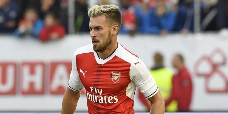 Gelandang Arsenal, Aaron Ramsey, tampil dalam laga persahabatan kontra Manchester City, di Gothenburg, Swedia, 7 Agustus 2016.
