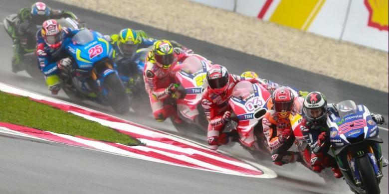 Para pebalap bersaing memacu motor mereka pada balapan GP Malaysia di Sirkuit Sepang, Minggu (30/10/2016).