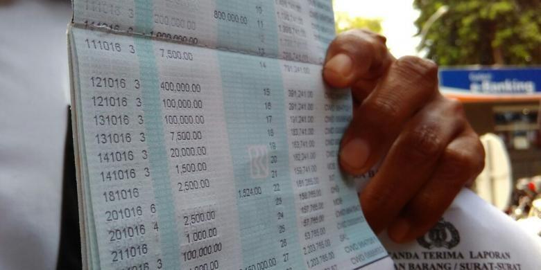 Salah satu nasabah Bank BRI di Kota Mataram menunjukkan buku tabungan.