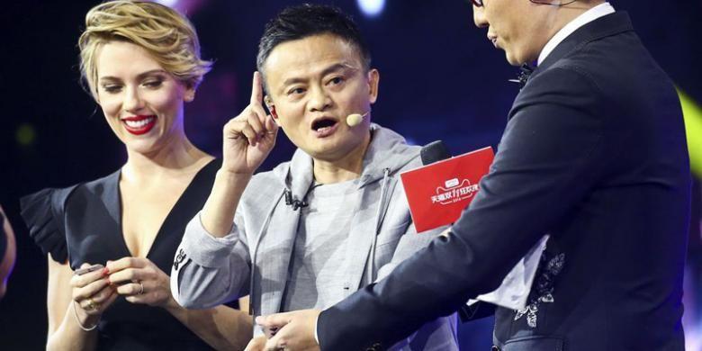 CEO Alibaba Jack Ma (tengah) bersama aktris Hollywood Scarlett Johansson saat membuka event Singles Day 2016.