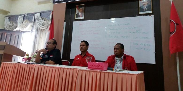 Wakil Kepala Badan Saksi Pemilu Nasional (BSPN) Pusat PDI Perjuangan, Eko Sigit Rukminto Kurniawan (kiri), Ketua Bidang Pemenangan Pemilu (Bapilu) DPD I PDI Perjuangan Provinsi Nusa Tenggara Timur (tengah) dan Kepala BSPN DPD I PDI Perjuangan Provinsi NTT, Dolvianus Kolo (kanan) saat memberikan keterangan pers kepada sejumlah wartawan di Kupang, Jumat (11/11/2016)