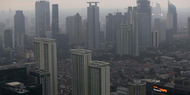 Suasana pembangunan gedung bertingkat tingkat tinggi atau high rise di Jakarta, Kamis, (10/11/2016). Pembangunan ini meliputi perkantoran, apartemen, dan hotel.