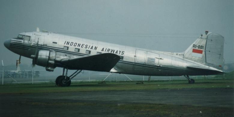 Replika Indonesian Airways, Dakota RI-001 Seulawah. Pembelian pesawat ini pada 1948 menggunakan hasil patungan rakyat Aceh senilai 20 kilogram emas.