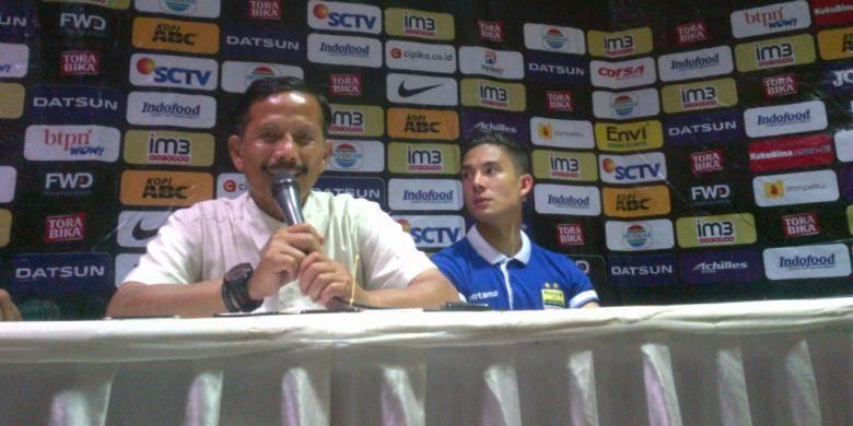 Pelatih Persib Bandung Djadjang Nurjaman bersama Kim Kurniawan di Stadion Si Jalak Harupat, Kabupaten Bandung, Sabtu (12/11/2016) malam. KOMPAS.com/DENDI RAMDHANI