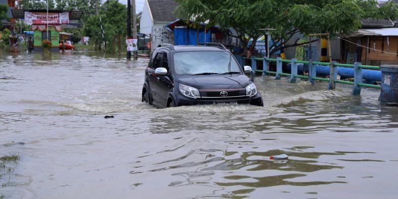 Suasana banjir di Perumahan Total Persada Kota Tangerang, Senin (14/11/2016). Banjir di Kota Tangerang disebabkan oleh luapan dari beberapa kali dan tersumbatnya drainase di sejumlah titik.