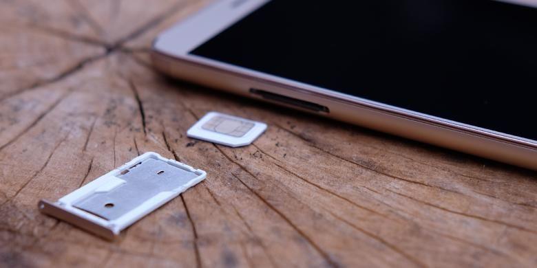 Pada tepi kanan Redmi Note 3 terdapat slot kartu SIM hybrid, bisa dipakai untuk memasang dua kartu atau satu kartu dan satu MicroSD