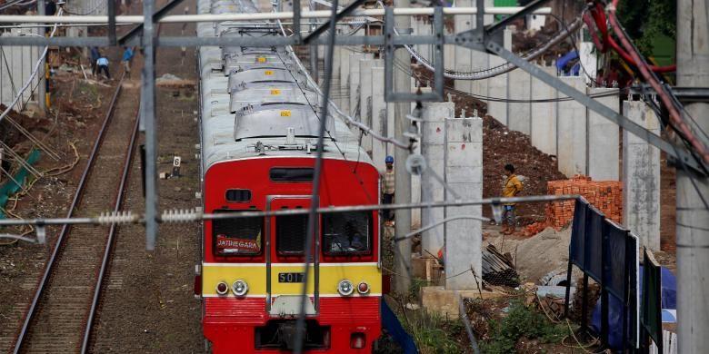 Sebuah Kereta Rel Listrik (KRL) melaju di samping lokasi pembangunan Stasiun Sudirman Baru di Jakarta, Rabu (23/11/2016). Stasiun yang terintergrasi dengan stasiun MRT itu hanya akan melayani penumpang dari Stasiun Manggarai menuju bandara Soekarno Hatta melewati Stasiun Sudirman Baru, Duri, dan Batu Ceper sebagai stasiun pemberhentian dan diperkirakan selesai pada akhir 2016 mendatang.