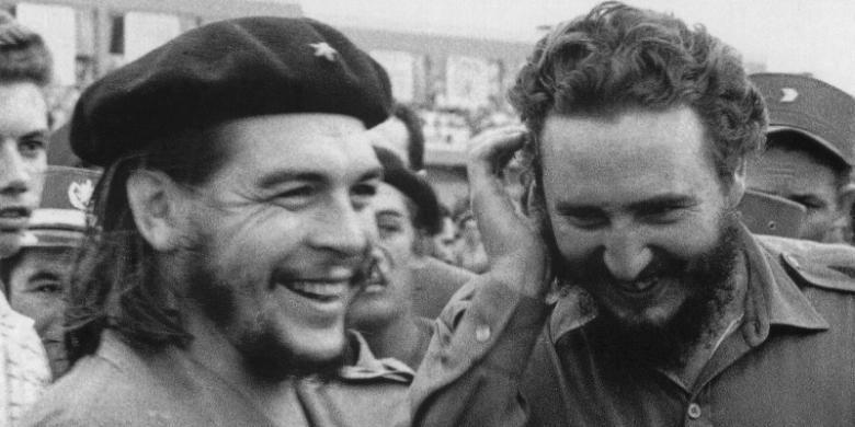 Foto yang diambil pada 1960-an ini memperlihatkan Fidel Castro (kanan), saat itu adalah perdana menteri Kuba, bertemu dengan rekan seperjuangannya Ernesto Che Guevara.