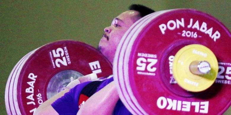 Lifter Jabar Imam Jamaludin menyelesaikan angkatan 183 kg di final kelas 85 kg putra PON Jabar 2016 di Komplek Olahraga Si Jalak Harupat, Soreang, Kabupaten Bandung, Kamis (22/9). Imam Jamaludin yang mencetak rekor PON dengan total angkatan 328 kg meraih medali emas diikuti lifter Jateng Affuwun Afwa medali perak, dan lifter Jatim Choirul M. Anwar medali perunggu.