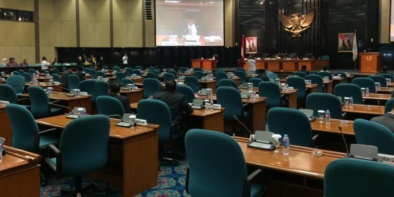 Rapat paripurna DPRD Provinsi DKI Jakarta perihal penyampaian pandangan umum fraksi terhadap Raperda APBD DKI Jakarta 2017 sepi dari anggota dewan.   Rapat dilaksankanan di ruang Rapat Paripurna DPRD DKI Jakarta, Rabu (30/11/2016).