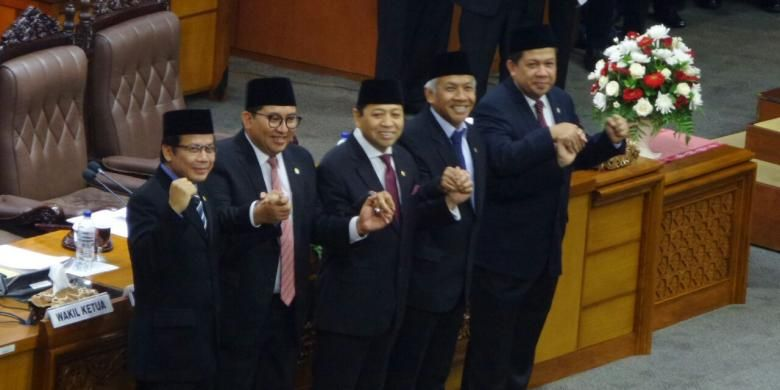 Lima pimpinan DPR RI usai pelantikan Ketua DPR RI Setya Novanto di Kompleks Parlemen, Senayan, Jakarta, Rabu (30/11/2016)
