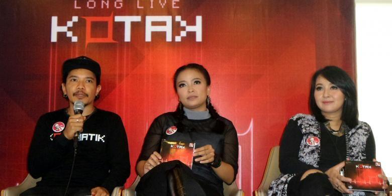 Tantri (tengah), Chua, dan Cella (kiri),  para personel band KotaK, memberi keterangan kepada para wartawan mengenai album baru mereka, Long Live KotaK, dalam acara peluncuran album itu di sebuah restoran cepat saji di kawasan Kemang, Jakarta Selatan, Kamis (1/12/2016).