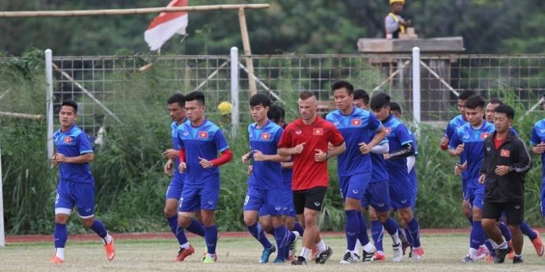 Timnas Vietnam berlatih di Stadion Pakansari Cibinong jelang pertandingan pertama semifinal Piala AFF 2016 melawan Indonesia, Sabtu (3/12/2016).