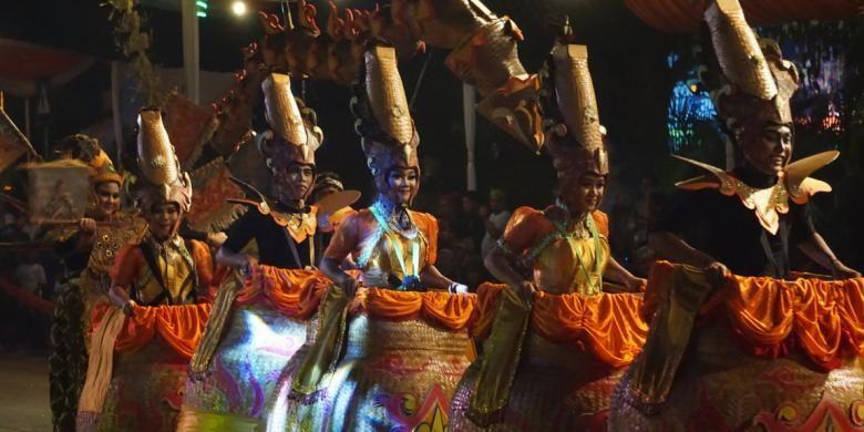 Penari perwakilan dari Bogor saat tampil di Festival Kuwung 2016 di Banyuwangi, Jawa Timur, Sabtu (3/12/2016).