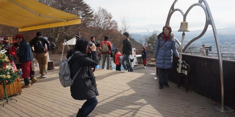 Wisatawan berfoto di bell of tenjo. Lonceng berbentuk hati kalau difoto seakan-akan persis berada di hadapan Gunung Fuji. Sangat diincar wisatawan untuk berfoto.