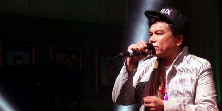 Vokalis Kadri Mohamad tampil bersama band The Kadri Jimmo dalam pertunjukan musik White Collar Rock yang digelar di Hard Rock Cafe, Pacific Place, Jakarta Selatan, Senin (5/12/2016) malam. Acara ini juga diramaikan oleh Ariyo Wahab S.O.G, Andy /rif, dan Bonita dari grup Bonita and the hus BAND.