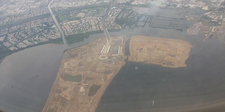Penampakan pulau C dan D dari atas udara. Pulau C dan D adalah sejumlah pulau yang termasuk dalam proyek reklamasi di Teluk Jakarta.