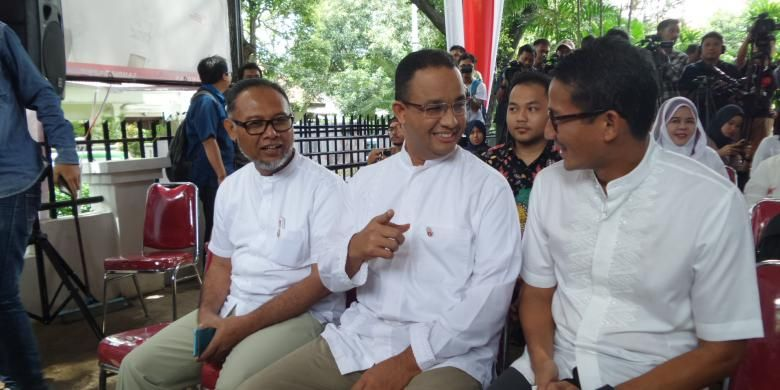 Calon gubernur dan wakil gubernur DKI Jakarta, Anies Baswedan dan Sandiaga Uno, bersama mantan Wakil Ketua KPK Bambang Widjojanto, hadir dalam acara peringatan Hari Anti Korupsi di Jalan Cicurug, Jakarta Pusat, Jumat (9/12/2016).