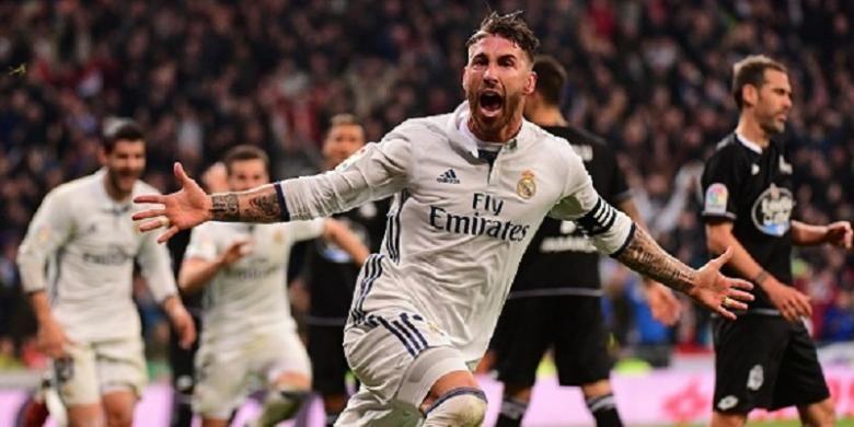 Kapten Real Madrid, Sergio Ramos, merayakan gol kemenangan timnya atas Deportivo La Coruna pada pertandingan La Liga di Santiago Bernabeu, Sabtu (10/12/2016).