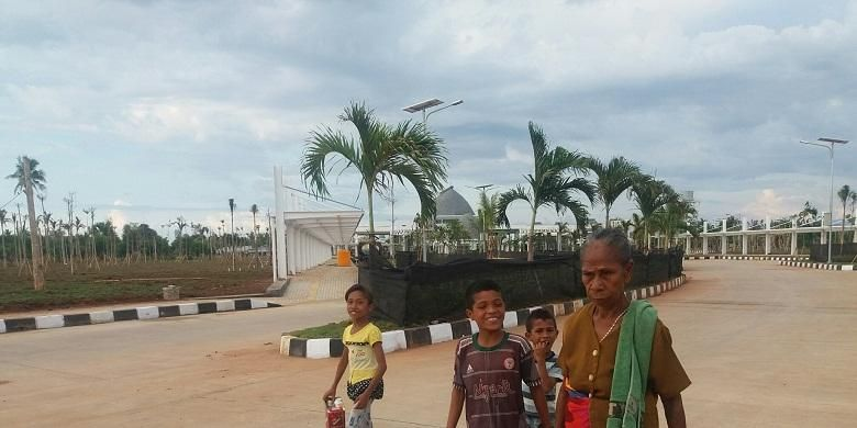 Warga menggunakan jalan semen beton di sekitar areal Bangunan Pos Lintas Batas Negara (PLBN) Motaain, di Desa Silawan, Kecamatan Tasifeto Timur, Kabupaten Belu, Nusa Tenggara Timur (NTT).