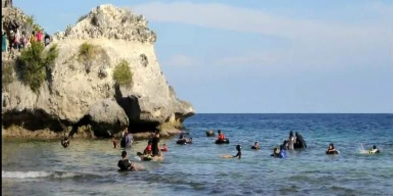Wisatawan di Pantai Dato, Kecamatan Baggae Timur, Kabupaten Majene, Sulawesi Barat. Air yang jernih serta panorama alam bawah lautnya yang indah menjadikan tempat ini sebagai tempat favorit warga untuk berwisata bersama keluarga.