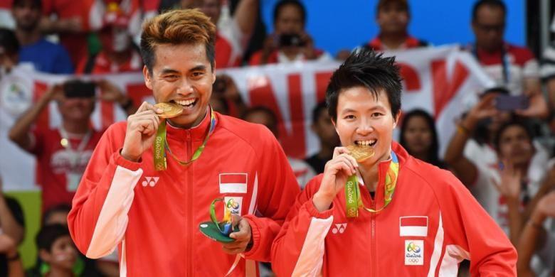 Pasangan ganda campuran Indonesia, Tontowi Ahmad/Liliyana Natsir, berfoto dengan medali emas Olimpiade Rio yang dimenangi setelah mengalahkan wakil Malaysia, Chan Peng Soon/Goh Liu Ying Goh, 21-14, 21-12, pada laga final di Riocentro Pavilion 4, Rio de Janeiro, Brasil, (17/8/2016).