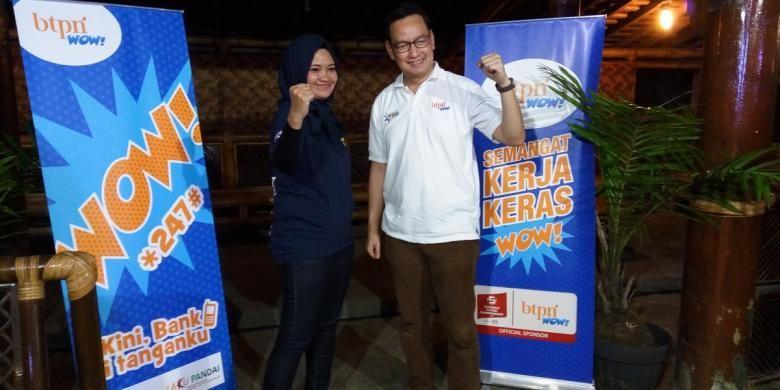 Chief of Marketing BTPN Wow!, Luhur Budijarso, berfoto bersama dengan Mia Beutik saat berdiskusi bersama sejumlah media di Kampung Sawah, Jumat (9/12/2016).