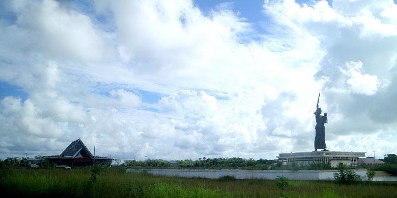 Patung Mathilda Batlayeri di depan pintu masuk Bandara Mathilda Batlayeri, Kabupaten Maluku Tenggara Barat, Minggu (11/12/2016). Mathilda Batlayeri adalah perempuan yang gugur dalam pemberontakan di Kalimantan Selatan. Mathilda Batlayeri sendiri berasal dari Tanimbar.