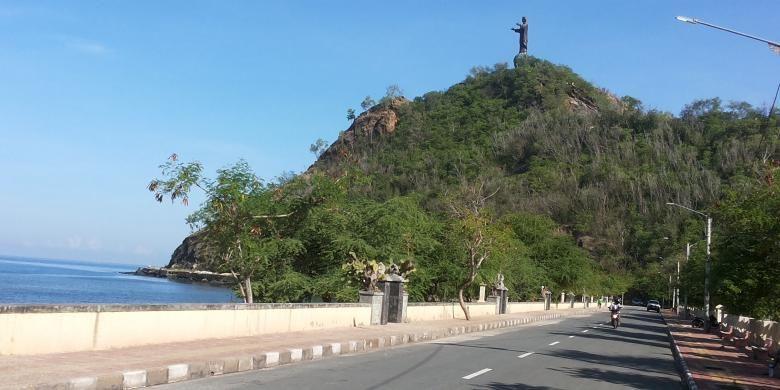 Salah satu sudut Kota Dili, Timor Leste dengan latar belakang laut lepas dan patung Cristo Rei atau yang dalam bahasa Indonesia berarti Kristus Raja. Patung Cristo Rei merupakan salah satu tempat tujuan wisata favorit bagi wisatawan yang datang ke Dili.