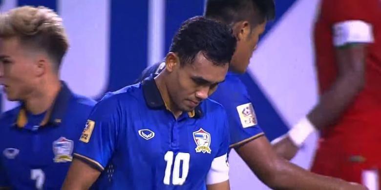 Kapten Thailand, Teerasil Dangda, tampak kecewa seusai tendangan penaltinya digagalkan kiper Indonesia, Kurnia Meiga, pada final Piala AFF 2016, Sabtu (17/12/2016).