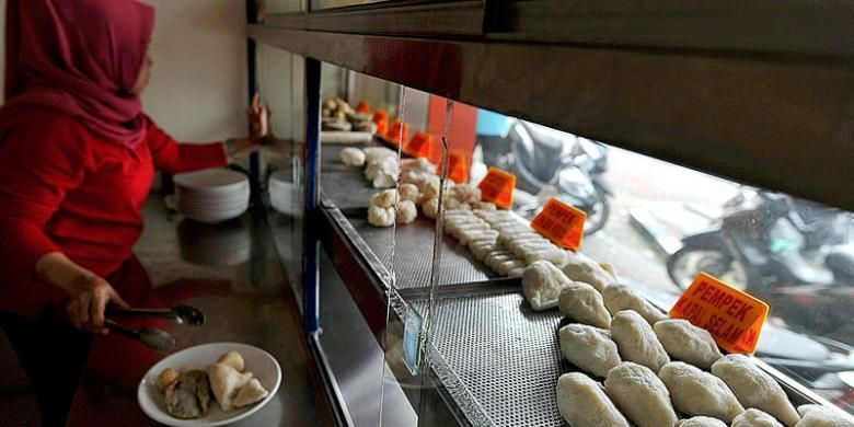 Pempek, salah satu makanan khas Palembang, banyak disajikan di rumah makan-rumah makan di Jakarta. Salah satunya di Cawan Putih di Jalan Sabang, Jakarta Pusat.