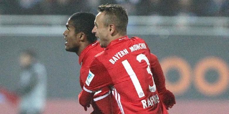 Dua pemain Bayern Muenchen, Douglas Costa dan Rafinha, merayakan gol ke gawang Darmstadt pada pertandingan Bundesliga, Minggu (18/12/2016).