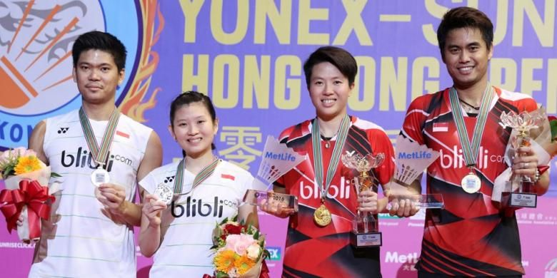Pasangan ganda campuran Indonesia,  Tontowi Ahmad/Liliyana Natsir dan Praveen Jordan/Debby Susanto, berpose di podium pertama dan kedua. Tontowi/Liliyana menang  21-19, 21-17 atas Praveen/Debby pada laga final yang berlangsung di Hong Kong Coliseum, Minggu (27/11/2016).