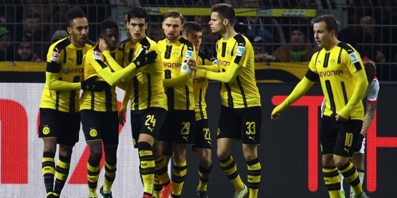 Gelandang Borussia Dortmund, Ousmane Dembele (2 dari kiri) merayakan golnya bersama rekan setim seusai membobol gawang FC Augsburg pada 20 Desember 216.