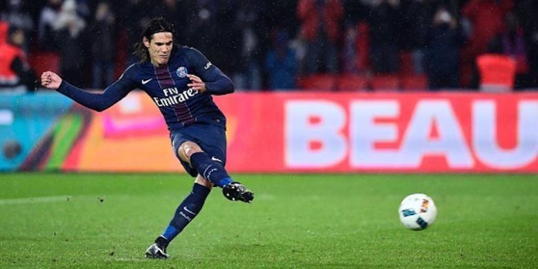 Penyerang PSG, Edinson Cavani, mengeksekusi penalti pada pertandingan kontra Lorient, Rabu (21/12/2016).