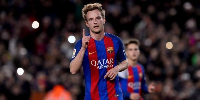 Gelandang Barcelona, Ivan Rakitic melakukan selebrasi setelah mencetak gol ke gawang Hercules dari titik penalti di laga babak 32 besar Copa del Rey , Rabu (21/12/2016) waktu setempat.