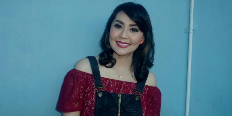 Tessa Kaunang diabadikan usai menjadi bintang tamu di program bincang-bincang di studio Trans TV, Jakara Selatan, Kamis (22/12/2016).
