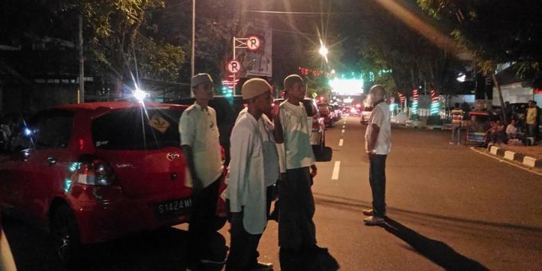 Sejumlah pemuda muslim yang mengenakan baju koko dan kopiah ikut mengamankan ibadah Natal di sejumlah gereja di Kota Ambon, Sabtu malam (24/12/2016). Tercatat ada lebih dari 100 pemuda muslim dari berbagai organisasi yang ikut mengamankan sejumlah gereja di Ambon