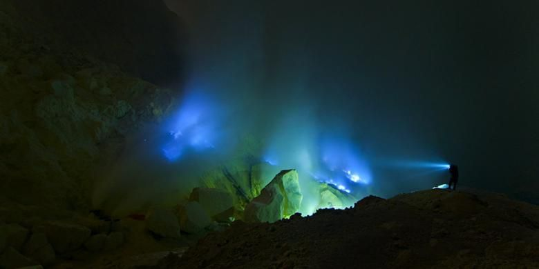 Pesona blue fire di Gunung Ijen, Kabupaten Banyuwangi, Jawa Timur.