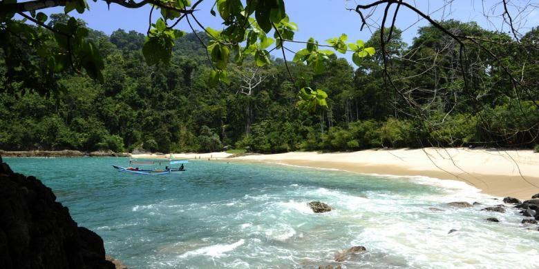 Teluk Ijo, surga tersembunyi di Desa Sarongan, Kecamatan Pesanggaran, Kabupaten Banuwangi, Jatim, dan masuk di wilayah Taman Nasional Meru Betiri.