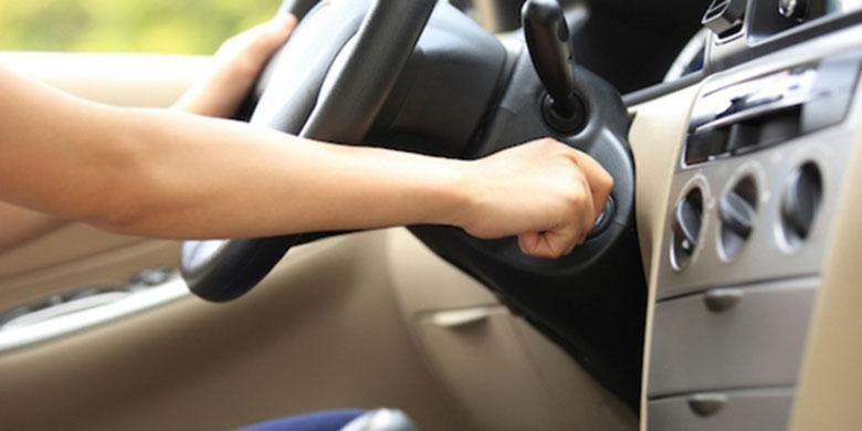 Ilustrasi menyalakan mesin mobil