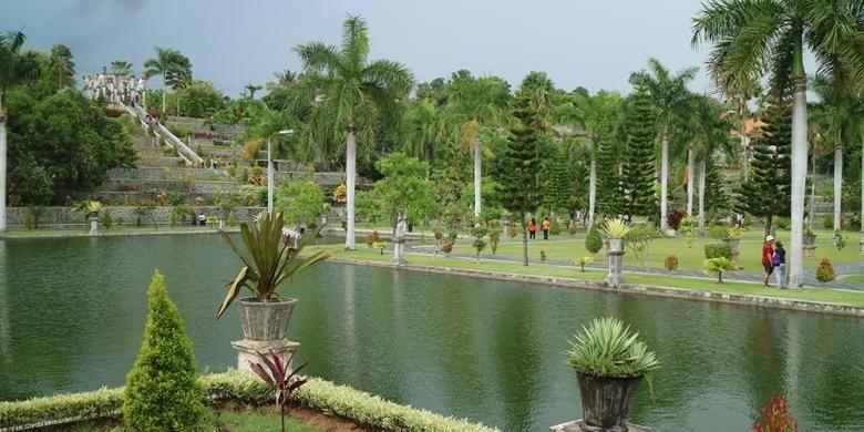 Beberapa bangunan yang tak kalah menarik adalah Pura Manikan, Balai Kambang, Balai Bundar, Balai Lunjuk, Balai Warak, dan Kolam Air Mancur.